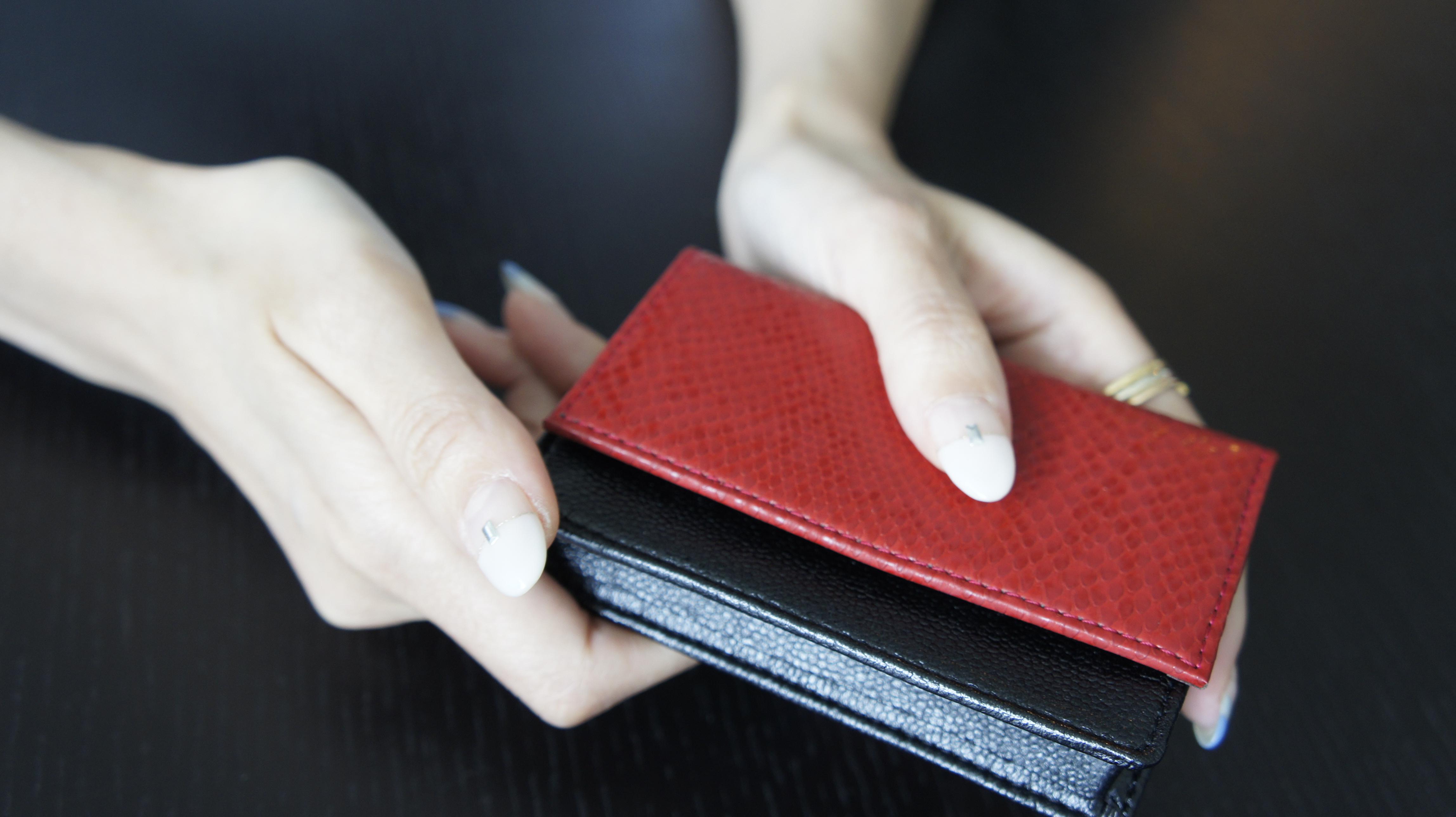 自身でプロデュースした「FUMI KODA」の名刺入れ。手にすっと馴染む上質な人工皮革を使用している。